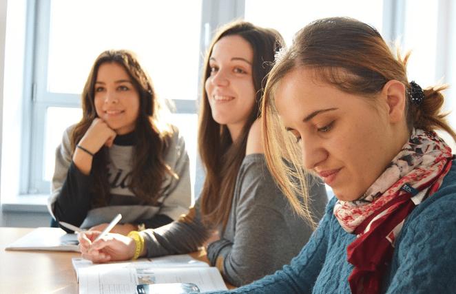 Tres mujeres estudiando
